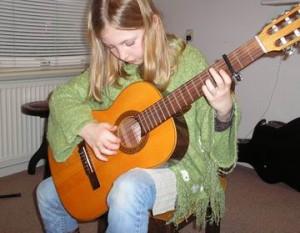 Brechje speelt gitaar